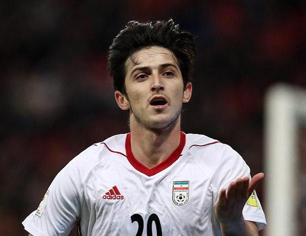 Tạp chí World Soccer ca ngợi Sardar Azmoun là tiền đạo xuất sắc nhất châu Á với 23 lần lập công cho Những hoàng tử Ba Tư (tính đến thời điểm tháng 5/2018). Anh được xem là người thừa kế xứng đáng của chân sút huyền thoại đồng hương Ali Daei. Anh chàng bùng nổ với khả năng tăng tốc, kiểm soát bóng và dứt điểm chính xác.