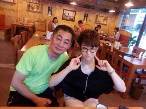 Bố mẹ Ji Yeon đều rất xì tin, nhí nhảnh.