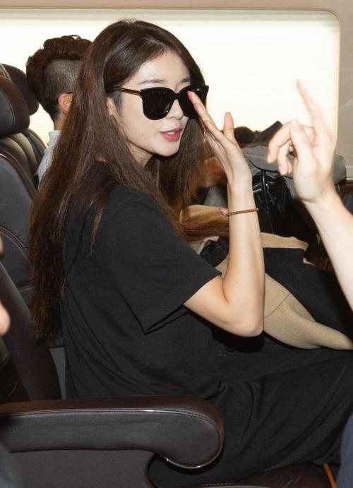 Ngay cả khi ra xe để di chuyển về khách sạn,Ji Yeon vẫn cố ngoảnh lại chào người hâm mộ. Cô sẽ biểu diễn trên sân khấuđêm nhạc V Heatbeat với sự góp mặt của nhiều sao Việt nhưSoobin Hoàng Sơn, Bích Phương, Hương Giang Idol, Karik x Only C, Jaykii, Monstar, LIME, Andiez, Gin Tuấn Kiệt, Orange, Song Luân, Zero9, Avin Lu và Jin Ju.