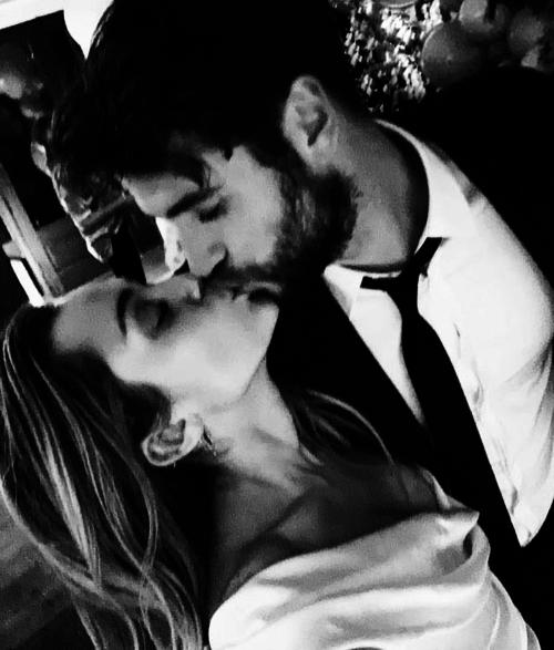 Cặp đôi trao nụ hôn trong đám cưới.