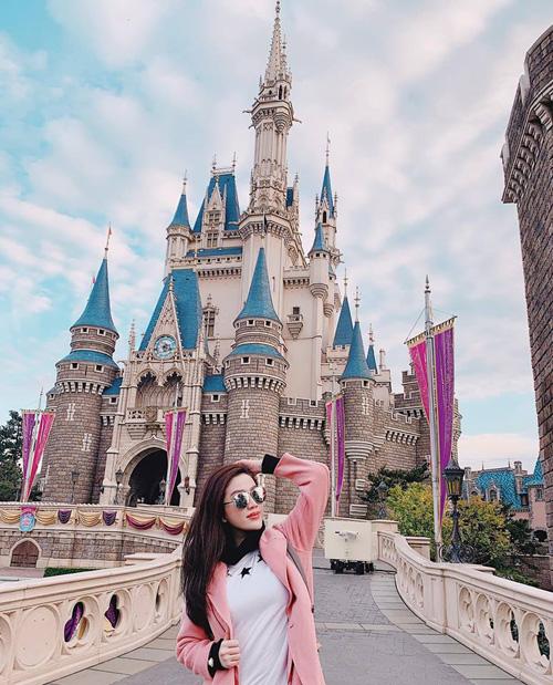 Bảo Thy diện màu hồng nhí nhảnh khi đi chơi Disneyland ở Nhật Bản.