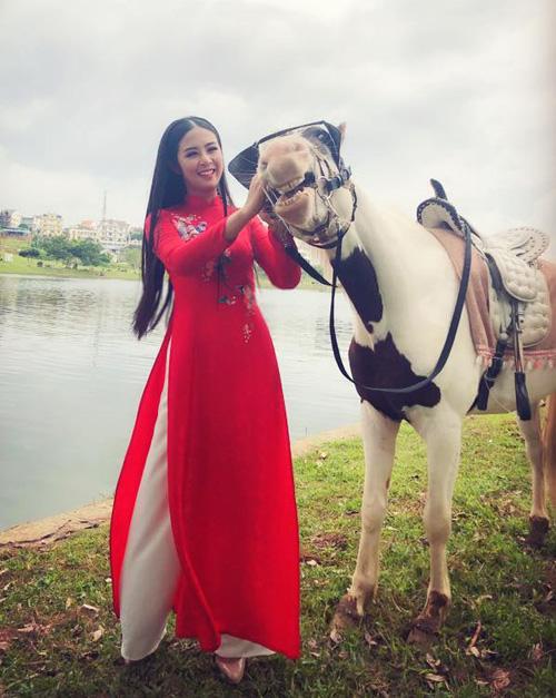 Ngọc Hân mặc áo dài thùy mị nhưng chẳng ngại đi cưỡi ngựa.