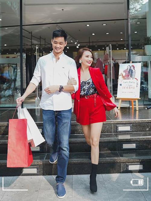 Bảo Thanh tay trong tay cùng ông xã đi shopping.