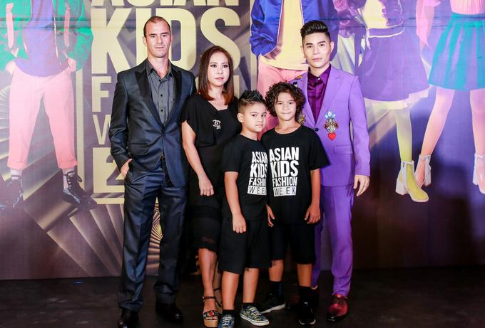 <p> Gia đình cựu danh thủ Huỳnh Kesley cùng vợ - NTK Thanh Huỳnh.</p>