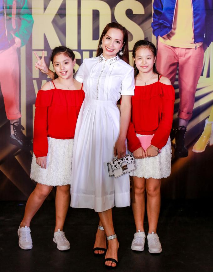 <p> Cựu người mẫu Thúy Hạnh rạng rỡ xuất hiện trên thảm đỏ cùng hai con gái. Chị chia sẻ sẵn sàng ủng hộ nếu hai con gái Suli và Suti có đam mê với sàn diễn thời trang.</p>