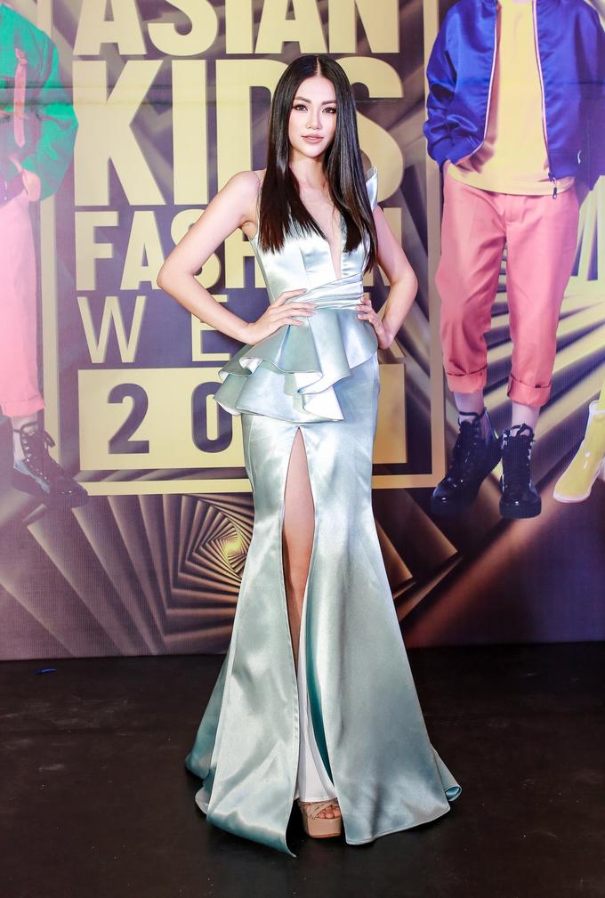 <p> Tối 26/12, sự kiện Asian Kids Fashion Show diễn ra tại TP HCM, quy tụ hàng trăm mẫu nhí cùng nhiều nhà thiết kế nổi tiếng đến từ Việt Nam, Indonesia, Malaysia, Ấn Độ, Thái Lan và Hong Kong.</p> <p> Mặc dù trời Sài Gòn mưa lớn, hàng loạt ca sĩ, người mẫu, hoa hậu, á hậu và nhiều ngôi sao khác của showbiz vẫn lộng lẫy trên thảm đỏ.</p>