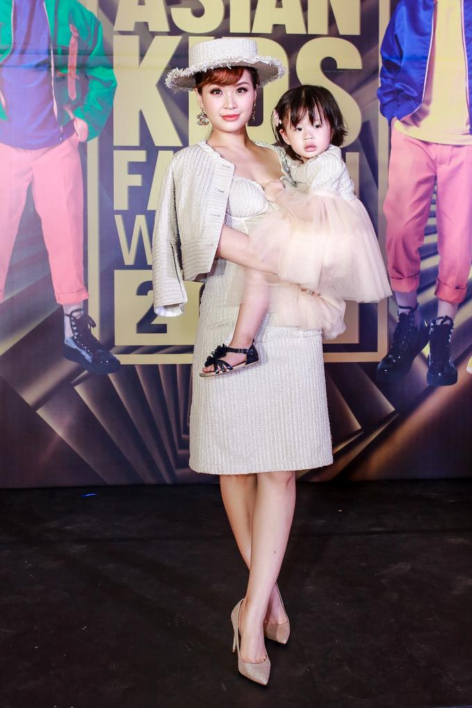 <p> Á hậu Diễm Trang và con gái Julia diện đồ tông xuyệt tông đến chúc mừng chương trình.</p>