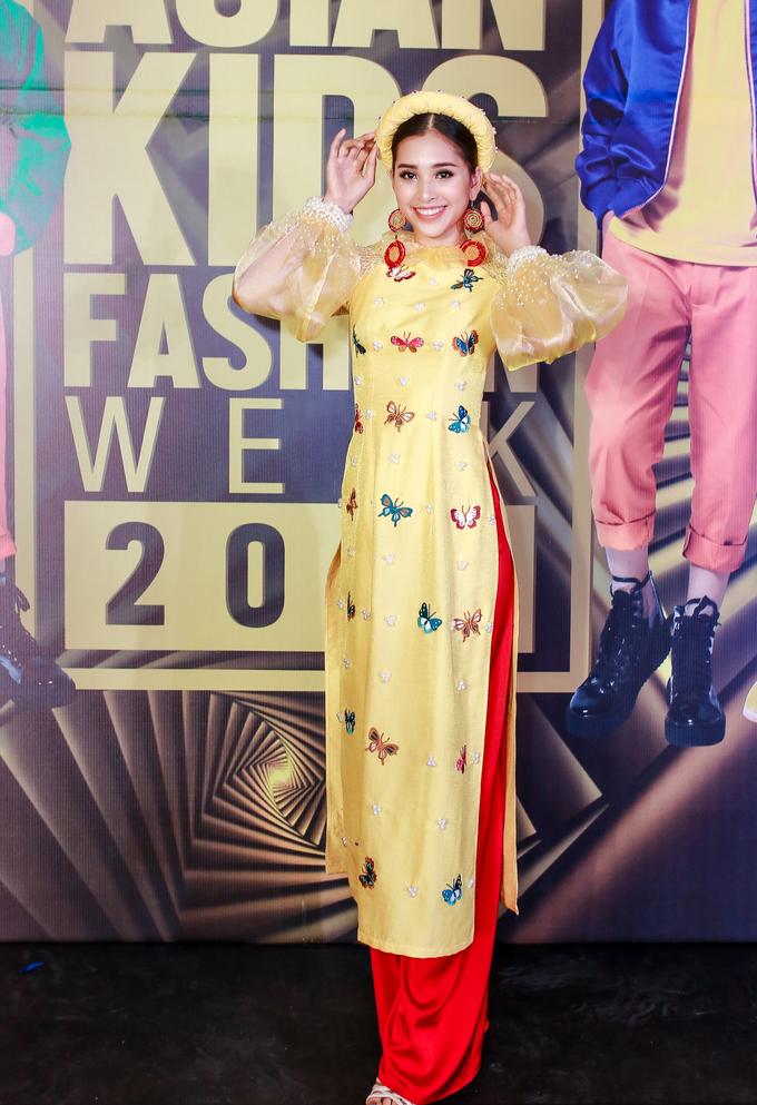 <p> Hoa hậu Tiểu Vy nền nã với áo dài truyền thống của NTK Lương Lê. Cô cũng là người đảm nhận vai trò vedette của bộ sưu tập.</p>
