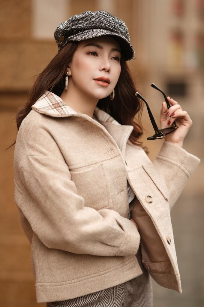 <p> Trong những trang phục bằng vải len ấm hay kiểu áo dài tay mùa đông, Trà Ngọc Hằng toát lên vẻ nữ tính.</p>