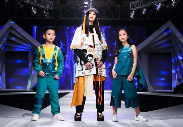 Asian Kids Fashion Show 2019 là sự kiện thời trang đầu tiên Hoa hậu Trái Đất Nguyễn Phương Khánh tham gia trình diễn kể từ sau đăng quang. Người đẹp ghi dấu ấn bằng thần thái sắc lạnh và bước đi mạnh mẽ trong trang phục bất đối xứng đến từ NTK Agied.