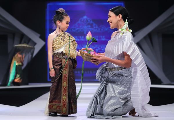 BST Songkran of siam của NTK Shirtjaikok tái hiện không khí Tết truyền thống Thái Lan. Tết Songkran là dịp tất cả người dân Thái kỷ niệm năm cũ vừa qua và chào đón năm mới, cùng chúc nhau hạnh phúc.