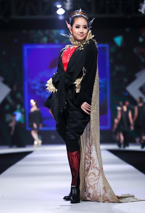 NTK sử dụng chất liệu vải đặc trưng của Thái, kết hợp trang sức rực rỡ tượng trưng cho sự hạnh phúc, thịnh vượng và giàu có. Đặc biệt, BST được biểu diễn bởi chính các mẫu nhí đến từ Thái Lan nhằm truyền tải trọn vẹn văn hóa truyền thống của xứ sở chùa vàng.