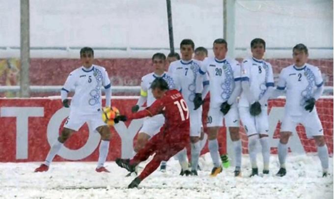 """<p> <b>1. Siêu phẩm 'cầu vồng tuyết' của Quang Hải</b></p> <p> Ở phút thứ 41 của trận chung kết gặp Uzbekistan hôm 27/1, ngay sau khi Công Phượng mang về quả phạt cho U23 Việt Nam trước khu vực cấm địa, tiền vệ Quang Hải sút phạt chân trái đưa bóng vào góc cao ghi bàn gỡ hòa 1-1. Pha ghi bàn của Quang Hải được bình chọn là <a href=""""https://ione.vnexpress.net/tin-tuc/nhip-song/sieu-pham-cau-vong-tuyet-cua-quang-hai-duoc-binh-chon-la-ban-thang-dep-nhat-3707524.html"""">cú sút đẹp nhất giải</a> U23 châu Á 2018. Bàn thắng của cầu thủ số 19 được thực hiện trong thời tiết khắc nghiệt, khi tuyết rơi dày ở sân vận động Thường Châu (Trung Quốc). Đây là lần đầu tiên cầu thủ U23 chơi dưới cơn mưa tuyết, trước đối thủ ở đẳng cấp cao hơn và lại bị thủng lưới trước ngay từ phút thứ 8, thế nhưng họ đã chiến đấu hết mình.</p>"""