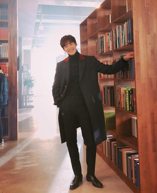 Lee Jong Suk luôn khiến fan choáng ngợp trước nụ cười tươi không cần tưới, dáng đẹp chuẩn mẫu.