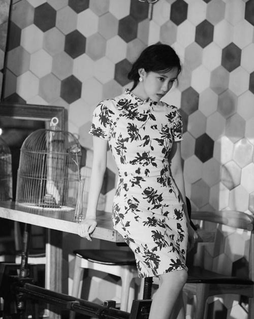 Hyo Min khoe thân hình đồng hồ cát trong bộ xường xám.