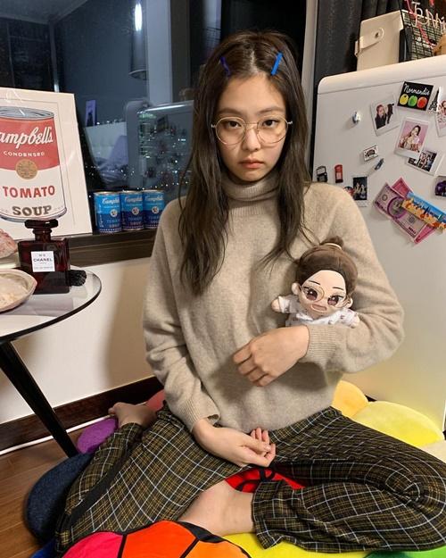 Jennie đeo kính tròn, kẹp tóc cute khi ôm búp bê giống hệt mình.