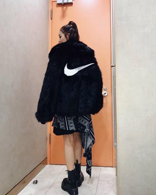 Dara khoác áo lông siêu ấm nhưng bên dưới lại vô tư để lộ chân.
