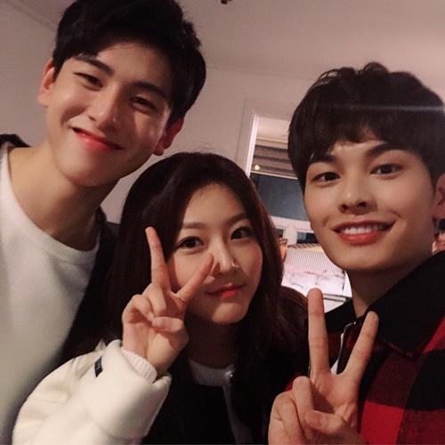 Kim Sae Ron xinh tươi đứng giữa hai bạn diễn điển trai.