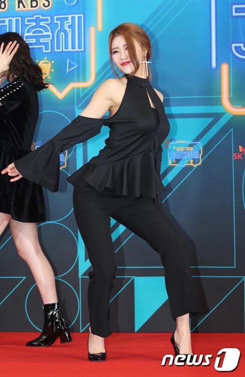 Mi Joo tiếp tục là tâm điểm của nhóm khi tạo dáng quá đà. Netizen cho rằng cô nàng muốn thu hút máy ảnh nhưng hành động phản cảm.