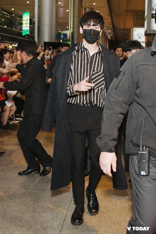 Khuya ngày 27/12, iKON đã đặt chân đến sân bay Tân Sơn Nhất, chuẩn bị cho đêm nhạc Hàn - Việt. Sự có mặt của các thành viên khiến sân bay náo loạn. iKON khoe gu thời trang cực chất, ai cũng tự tin sải bước như trên sàn catwalk.