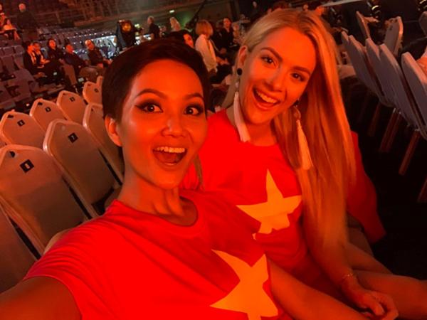 Sarah và HHen Niê tại Miss Universe 2018.