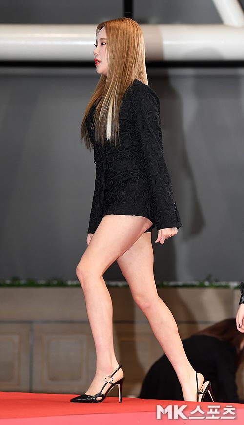JooE tự tin khoe đôi chân dài khi mặc váy ngắn.