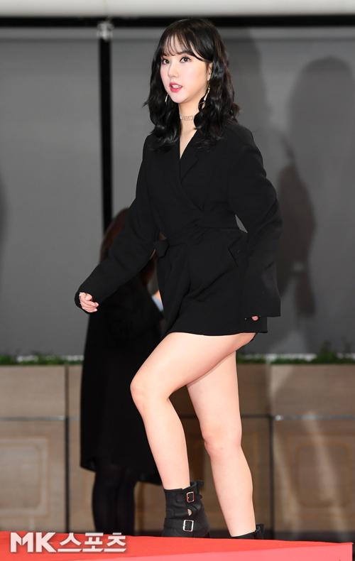 Eun Ha thường xuyên chọn trang phục quá ngắn, dễ hớ hênh khi bước lên cầu thang.
