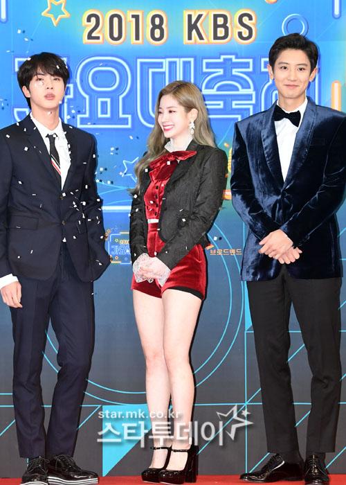 Bộ ba MC gồm Jin, Da Hyun và Chae Yeol. Thành viên BTS (ngoài cùng bên trái) tạo dáng dưới cơn mưa hoa giầy. Da Hyun lộ cả quần bảo vệ vì trang phục quá ngắn.