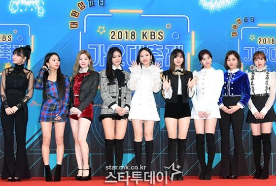 Twice tham dự rất đầy đủ các sự kiện cuối năm. Momo và Ji Hyo tận dụng lại quần ống loe từng mặc ở thảm đỏ SBSD Gayo Daejun.