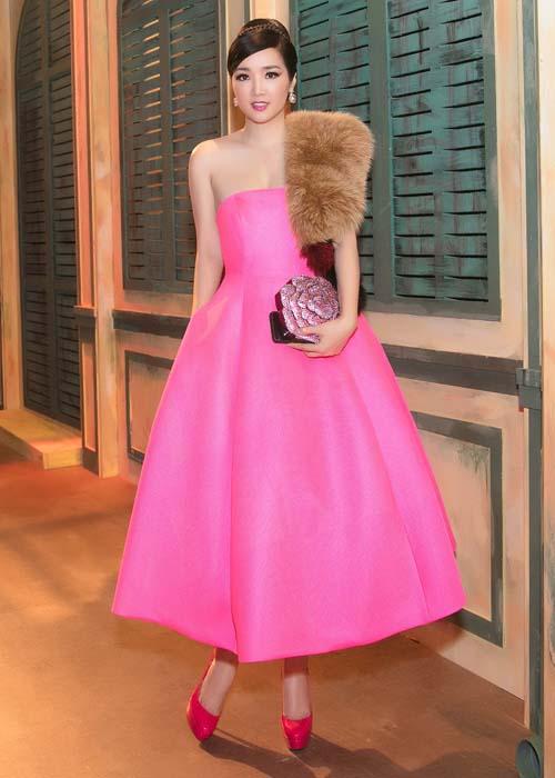 Hoa hậu đền Hùng Giáng My tô điểm cho bộ cánh màu hồng với khăn choàng lông clutch cầm tay hình hoa hồng độc đáo. Diện mạo của Giáng My hoà hợp nét cổ điển, quý phái nhưng không kém phần trẻ trung, cuốn hút.