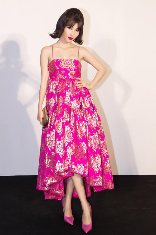 Diễm My 9X rực rỡ với chiếc váy có hoạ tiết hoa màu vàng kim trên nền sắc hồng. Clutch, giày được nữ diễn viên chọn phối đồng điệu với trang phục.