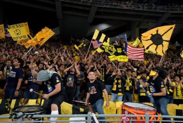CĐV Malaysia gây ấn tượng mạnh với truyền thông với lực lượng đông đảo và phong cách cổ vũ chuyên nghiệp.