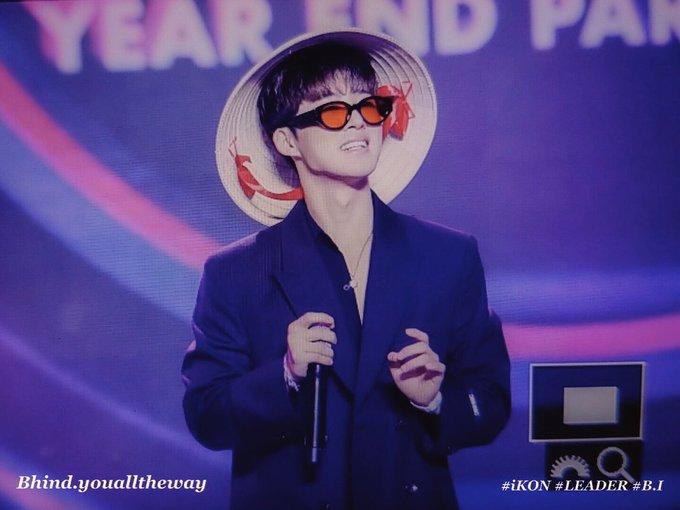 <p> Sau màn giao lưu với khán giả, iKON nhiệt tình đón nhận những chiếc nón lá được fan gửi lên sân khấu.</p>