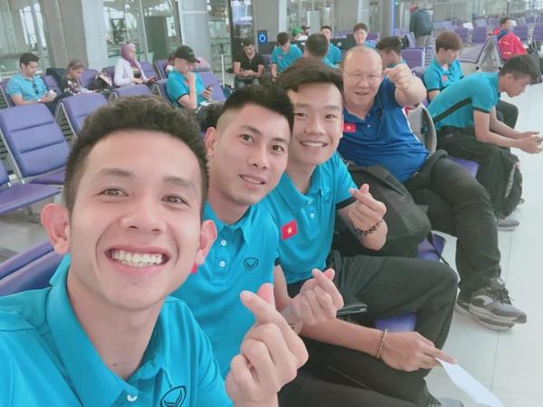 Thầy Park pose ảnh kute cùng Hồng Duy vào 27/12 khi chờ chuyến tại sân bay ở Bangkok để tới Qatar. Thầy trò nhắng nhít khi có điệu bắn tim chụp ảnh chuyên nghiệp.