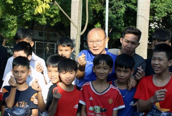 HLV Park Hang-seo từng bắn tim khi chụp ảnh kỷ niệm trong chuyến thăm, giao lưu, tặng quà các trẻ em tại làng trẻ SOS Hà Nội cùng BHL ĐTQG Việt Nam vào đầu tháng 11.