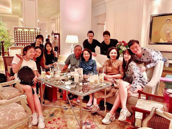 Hari Won và Trấn Thành diện đồ đôi hạnh phúc khi đi ăn cùng gia đình hai bên.