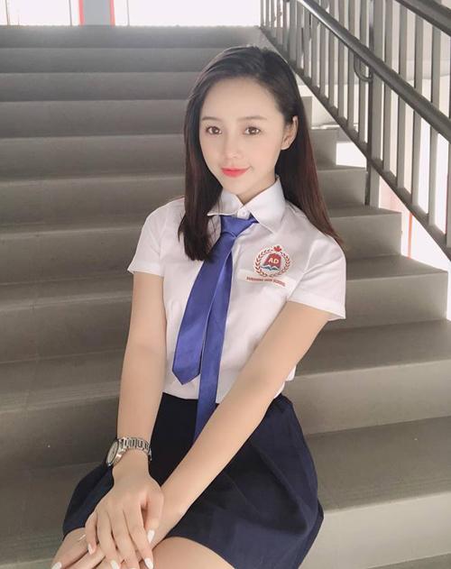 Quỳnh Kool xinh yêu chẳng khác gì teen girl khi khoác lên mình bộ đồng phục nữ sinh.