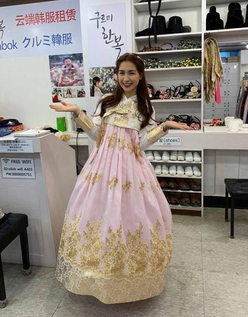 Hòa Minzy sướng rơn vì đi thuê hanbok ở Hàn Quốc được chủ shop nhận ra là nghệ sĩ Việt Nam.