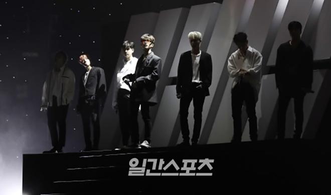 <p> iKON là nghệ sĩ cuối cùng trình diễn. Khi các chàng trai vừa xuất hiện trên sân khấu, nhà hát Hòa Bình như vỡ tung bởi tiếng hò reo không ngừng của các iKONIC.</p>