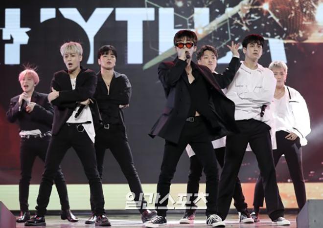 <p> 7 chàng trai YG mang tới khán giả bản hit quốc dân năm 2018 là <em>Love Scenario</em> và <em>Goodbye Road.</em> Tiếng fanchant hô vang cùng rừng lightstick màu đỏ giơ cao khiến không khí màn trình diễn như một concert iKON thu nhỏ.</p>