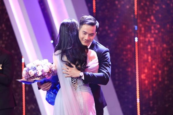 Khoảnh khắc cặp đôi có cử chỉ tình cảm với nhau trên sân khấu.