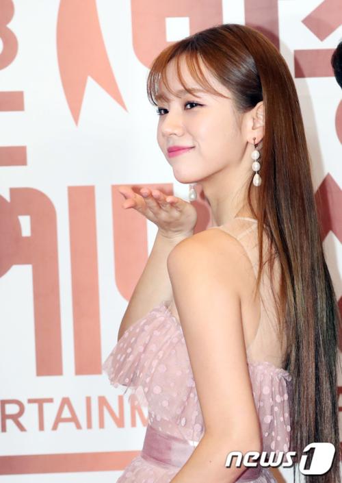 Hyeri xinh đẹp khi gửi nụ hôn gió khi tạo dáng trên thảm đỏ.