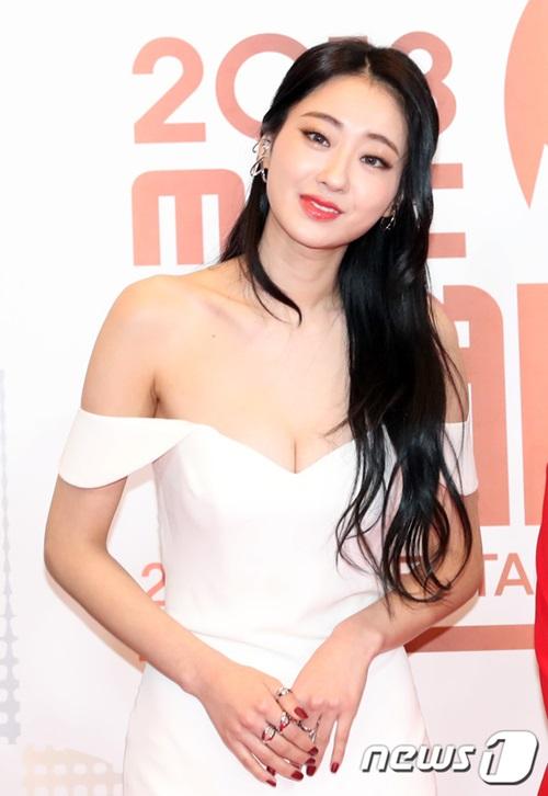 Kyung Ri đốt mắt công chúng với kiểu váy trễ nải lộ vòng một căng đầy.