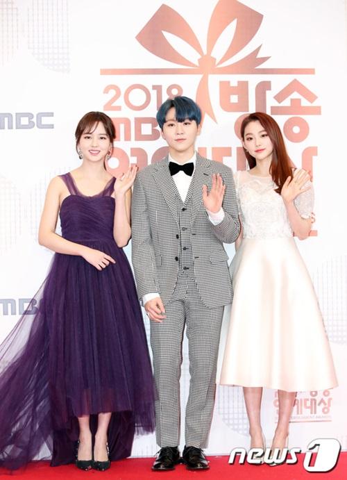 Kim So Hyun, Seung Kwan (Seventeen), Mina tạo thành bộ ba visual ở sự kiện.