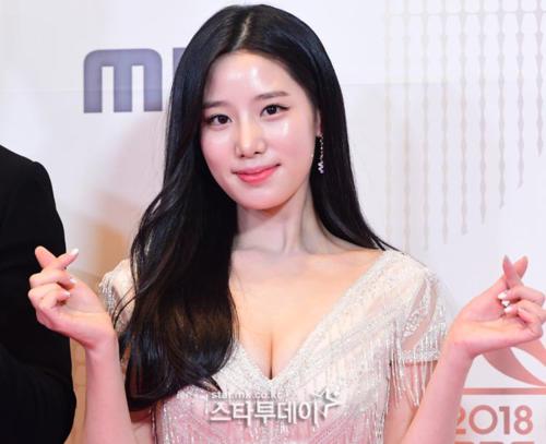 Joo Hyun (Berry Good) gây sốc với hình ảnh nóng bỏng.