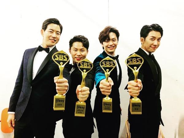 Dàn cast của show Master in the house gồm Lee Seung Gi, Yook Sung Jae (BtoB), Lee Sang Yoon và Yang Se Hyun rạng rỡ khoe cúp giải thưởng.