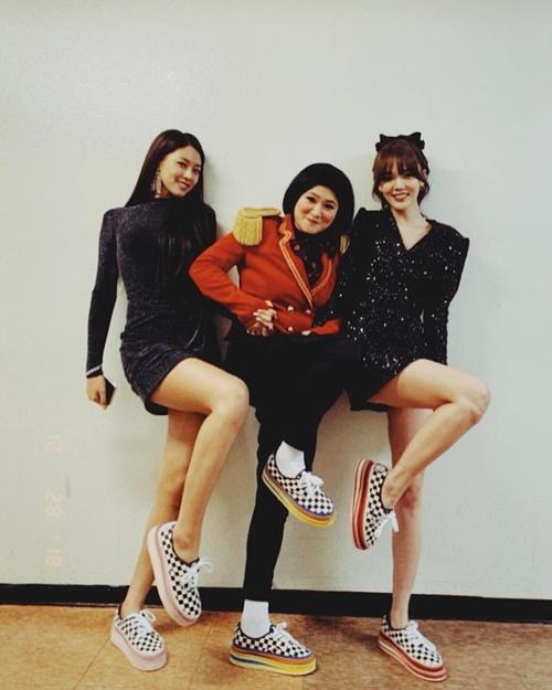 Bộ ba thân thiết gồm Seol Hyun, Ji Min và MC Kim Shin Young pose dáng khoe đùi vừa sexy vừa hài hước.
