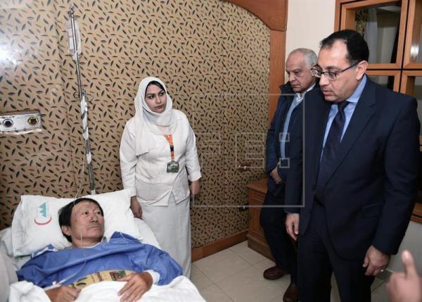 Thủ tướng Ai Cập, ông Moustafa Madbouly (phải), đến thăm du khách Việt Nam bị thương trong vụ đánh bom khủng bố đêm 28/12. Ảnh: EPA