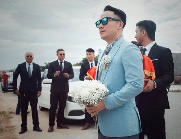 Vợ 9x sửa sang trang phục cho rapper Tiến Đạt trong tiệc cưới