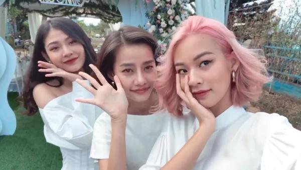 Chúng Huyền Thanh, Kim Chi và Phí Phương Anh có mặt trong lễ đính hônbạn thân.